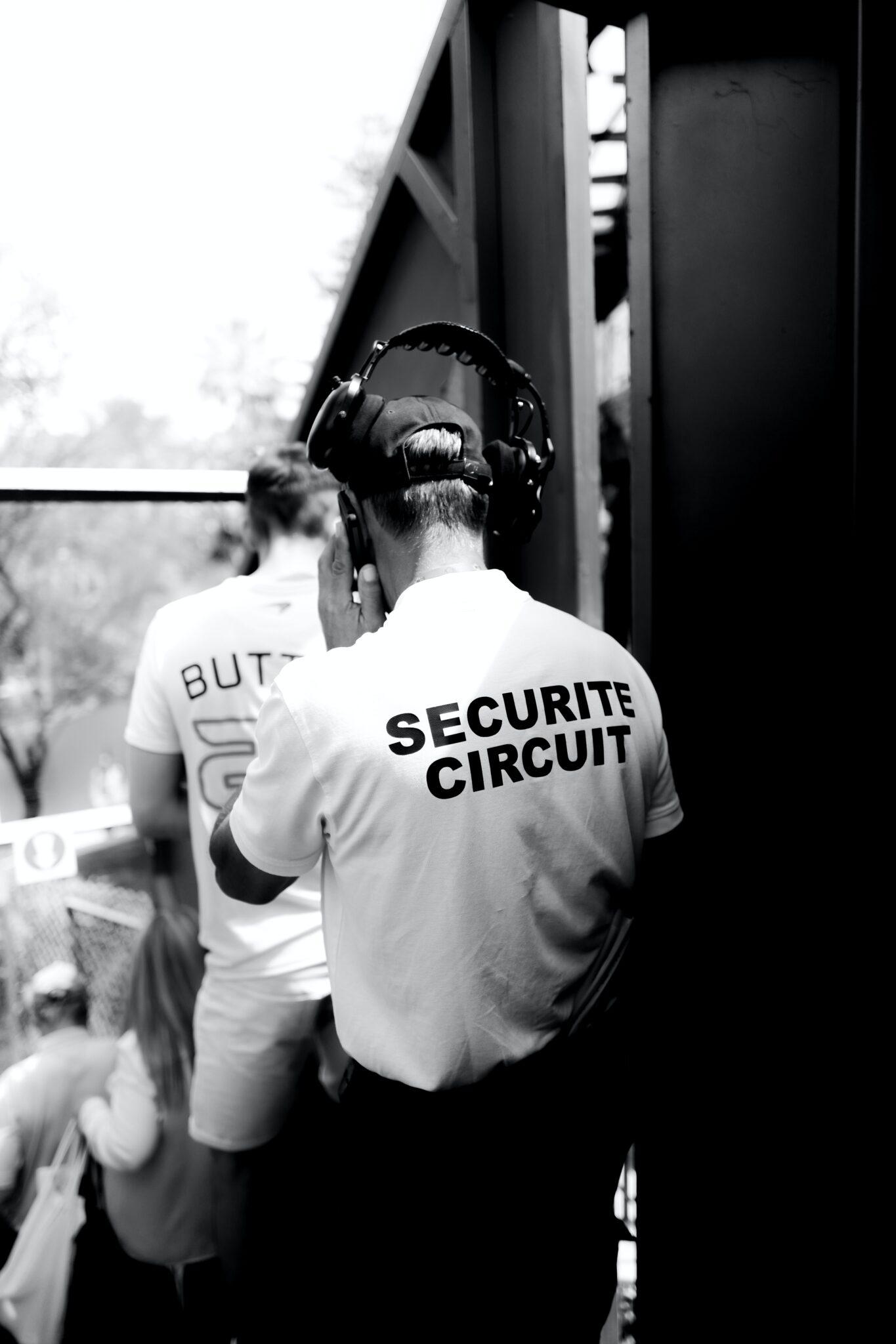 Jakie są zalety korzystania z usług, które oferuje agencja ochrony?